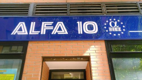 Foto del rótulo de la fachada de la Acadamia de Informática y Clases de Apoyo Alfa10