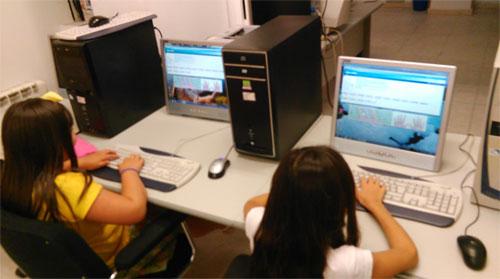 Dos alumnos en clases de informática